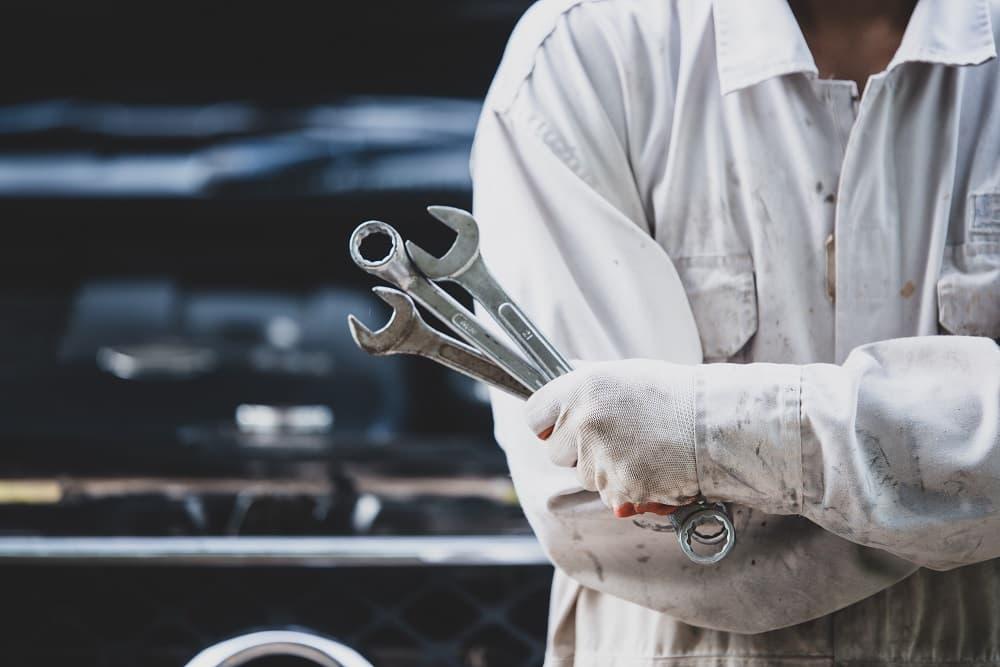 mecanico segurando ferramentas para conserto de carro